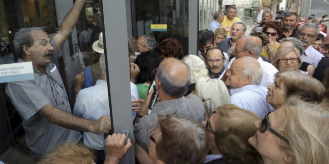 Pensioners struggle to enter a National Bank branch to receive part of their pension in Iraklio on the island of Crete, Greece, July 2, 2015. REUTERS/Stefanos Rapanis